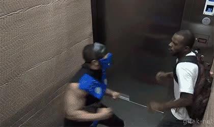 Enlace a Lo típico de cada día, encontrarte un zumbao disfrazado de Sub Zero en el ascensor