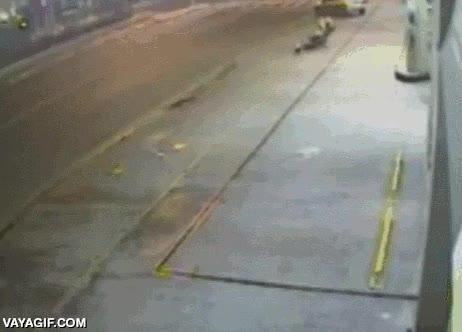 Enlace a Ladrón evita que este hombre se vea afectado por la explosión del cajero automático que iban a robar