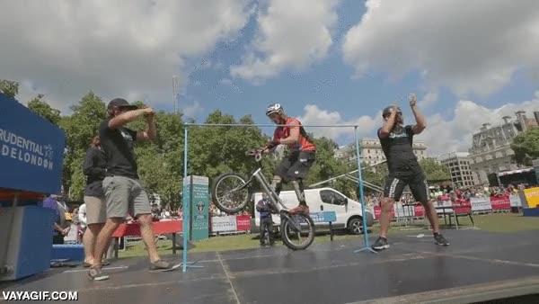 Enlace a Y esto es el récord mundial de salto de altura sin carrerilla en BMX