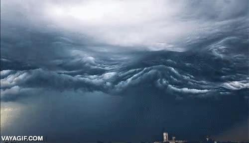 Enlace a Time lapse de un cielo de tormenta que parecen olas del mar