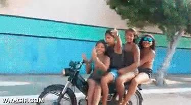 Enlace a Esto es lo que pasa por ir de malote llevando 3 personas más en tu moto