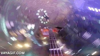 Enlace a El bajista de 'A Day to Remember' lanza su instrumento a un compañero con una GoPro atada
