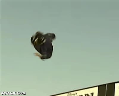 Enlace a Tony Hawk consiguiendo un 900º por primera vez en una competición
