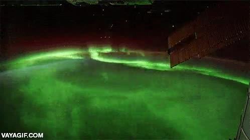 Enlace a La estación espacial internacional orbitando sobre las luces del norte
