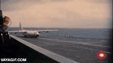 Enlace a Increíble aterrizaje y despegue de un avión de transporte militar en un portaaviones