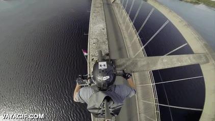 Enlace a Este tío se graba mientras cruza un puente por encima de su estructura con la bici