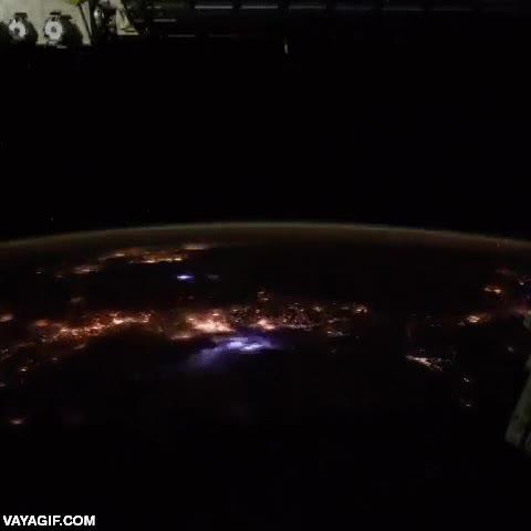 Enlace a La costa de México iluminada por una tormenta eléctrica vista desde el espacio