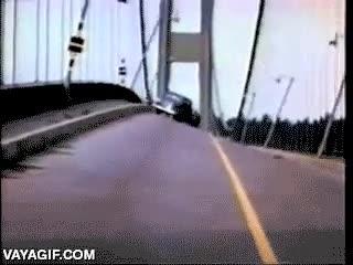 Enlace a En la distancia parece hasta divertido, encima del puente en ese momento no debe serlo tanto