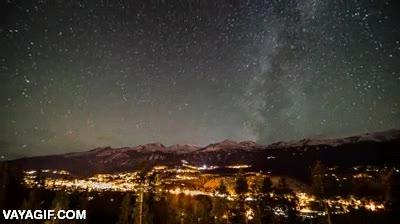 Enlace a La Vía Láctea moviéndose en un cielo increíblemente despejado
