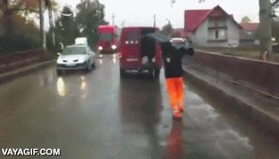 Enlace a Igual deberíamos alquilar un camión para transportar esos tubos... ¡No hombre, déjame a mí!