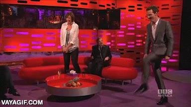 Enlace a Benedict Cumberbatch intentando andar como las modelos, qué arte que tiene...