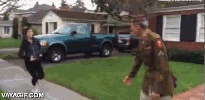 Enlace a Runners mostrando sus respetos ante este veterano de guerra que los animaba en plena carrera