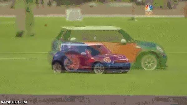 Enlace a La pijería ha llegado al atletismo, llevando el disco en un Mini Cooper teledirigido