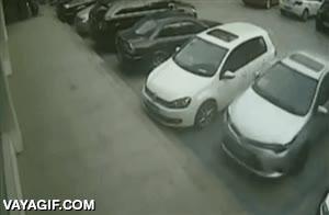 Enlace a ¿Cómo puede liarla tanto una persona intentando salir del aparcamiento?