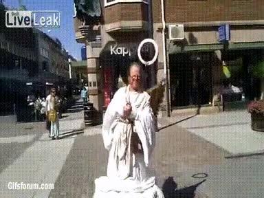 Enlace a Ir por Suecia y encontrarte por la calle un ángel así de simpático