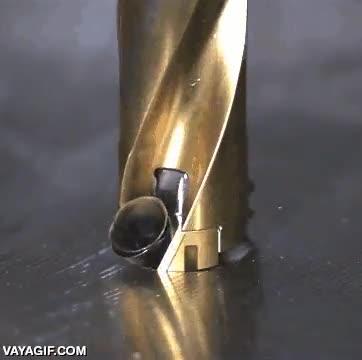 Enlace a Así se ve una broca agujereando una plancha de metal a cámara lenta
