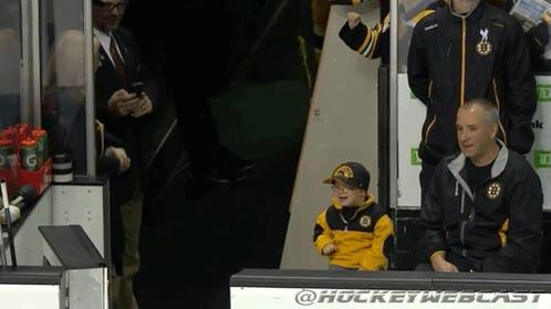 Enlace a Es muy fácil hacer feliz a este pequeño aficionado de los Bruins que superó el cáncer