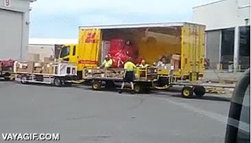 Enlace a Así de cuidadosos con las cajas son algunos transportistas de DHL