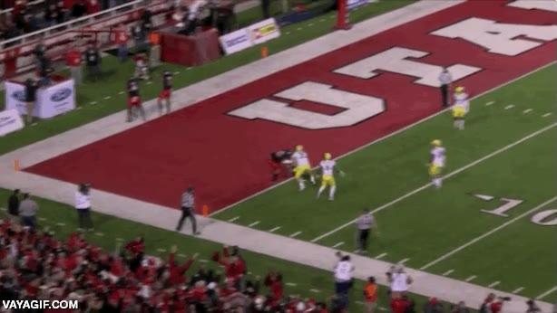 Enlace a A punto de hacer un touchdown, se le cae la pelota de las manos y el equipo rival contraataca