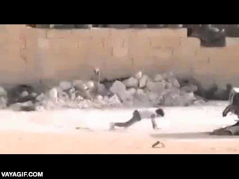 Enlace a Niño sirio se hace el muerto ante los tiros de un francotirador para salvar a una niña