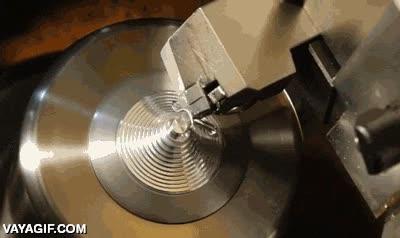 Enlace a Y así se hacen los cilindros de metal