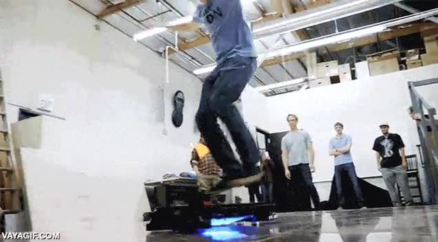 Enlace a Tony Hawk probando el skate flotante, algo me dice que aún le falta mucho por mejorar a este invento