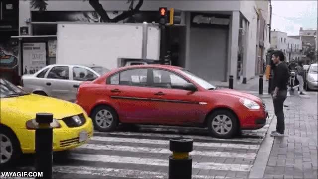 Enlace a Un tío bloquea el paso a los conductores que no respetan el paso de peatones
