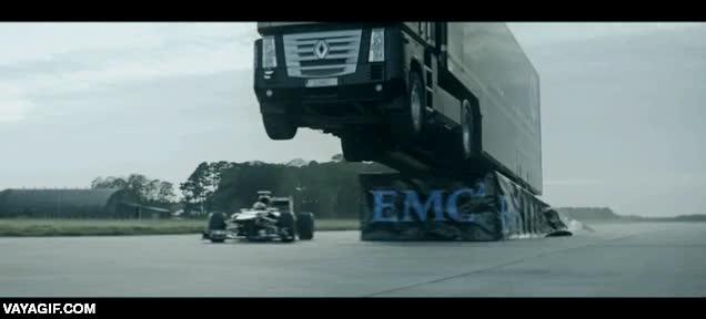 Enlace a Un fórmula 1 pasando por debajo de un camión mientras salta en el aire, así como suena