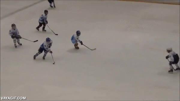 Enlace a Esta pequeña máquina del hockey sobre hielo sólo tiene 11 años