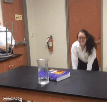 Enlace a Así explica un profesor la conservación del movimiento y la inercia a sus alumnas en clase