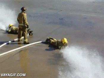 Enlace a Dos hombres incapaces de controlar sus mangueras, literalmente, son bomberos