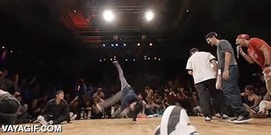Enlace a Iniciando el movimiento de breakdance con rampa de lanzamiento hecha por sus propios compañeros