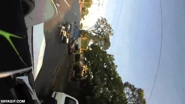 Enlace a Esto es lo que verías si un coche te embistiera por detrás cuando vas en moto