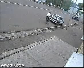 Enlace a Mira que era difícil chocarse con el único coche de la calle