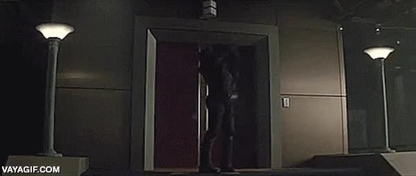 Enlace a El actor Ray Park que hace de Toad en X-Men, se marca un homenaje a otro personaje suyo, Darth Maul