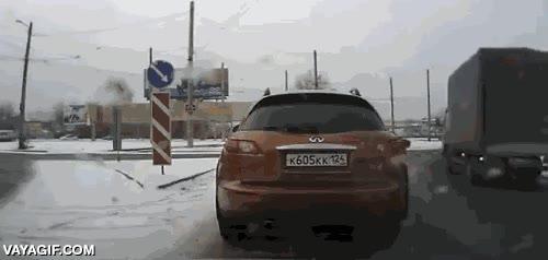 Enlace a Todavía hay gente con buen corazón, ayudando a cruzar a esta señora en plena nevada