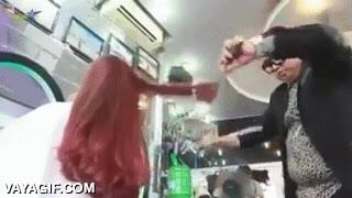 Enlace a El peluquero que corta el pelo con katanas