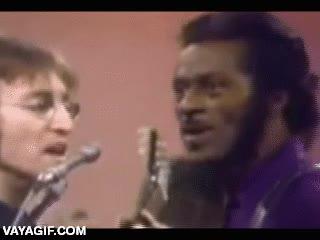 Enlace a Chuck Berry flipando con los gritos que pegaba Yoko Ono, su cara es un poema