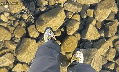 Enlace a Una capa de hielo transparente sobre un lago de agua cristalina