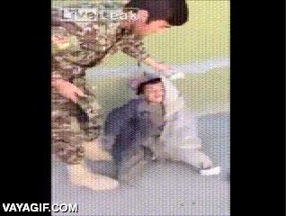 Enlace a Un soldado haciendo milagros con un niño ''mutilado''