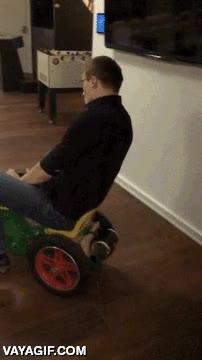 Enlace a Poniéndole motor a un cochecito para niños en la oficina, ¡esto es pasarlo bien en el trabajo!