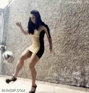 Enlace a Chica con zapatos de tacón dominando un balón mejor que tú