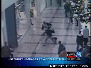 Enlace a Un ciudadano deja KO a un ladrón a la carrera y se lleva un placaje del vigilante por error