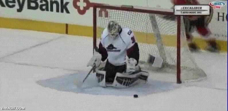 Enlace a El portero de hockey sobre hielo que celebraba sus paradas de manera cuqui