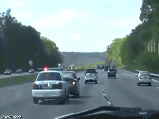 Enlace a Un coche de policía trollea a un conductor lento del carril izquierdo para llevarlo al derecho