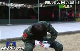 Enlace a Sinceramente, no me metería con esta soldado japonesa. Sus compañeros aplauden desde el terror.