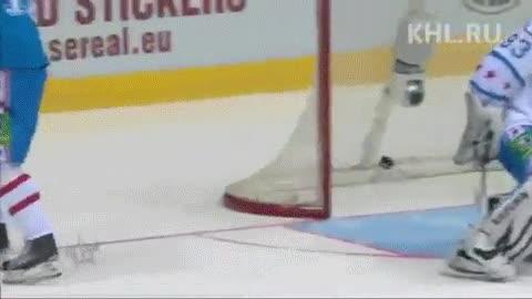 Enlace a Engañando al portero de hockey sobre hielo con mucha clase