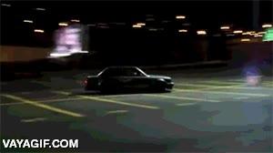 Enlace a Querer ir de listo haciendo derrapes en un parking y...