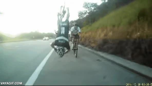 Enlace a Piñazo del ciclista que va delante, pero mejores reflejos del que va detrás