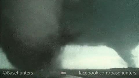 Enlace a ¡Oh mira, un tornado gigante, vamos hacia allí!